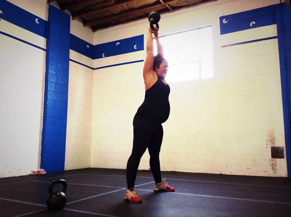 b78fd7018fe31 pregnant kettlebell crossfit 40 weeks third trimester